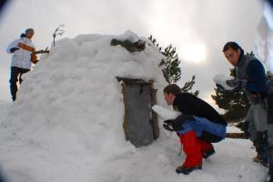 Actividades de aventura en la nieve: creación de iglús, raquetas...