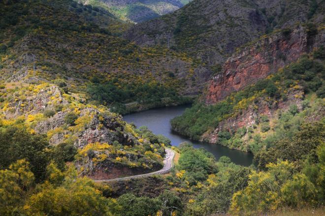 La corrala, los ríos y la villa emergida: Canales de la Sierra, Villavelayo y Mansilla de la Sierra.