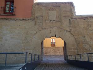 Torreón cilíndrico del Revellín y Puerta del Camino